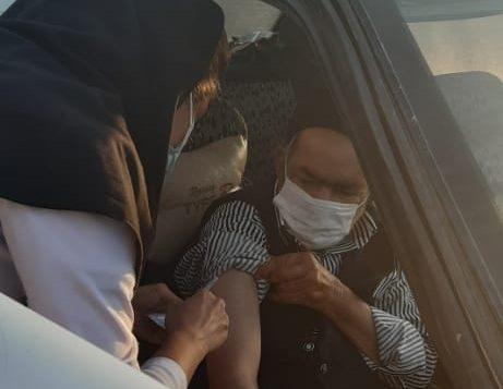 گزارش تصویری/ تزریق واکسن کرونا به سالمندان خاورانی در خودرو
